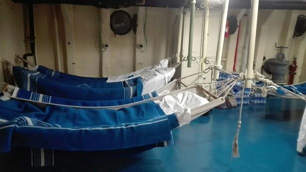 Les jeunes ont dormi dans des hamacs à l'intérieur du bateau. Photo : Antonella Galati